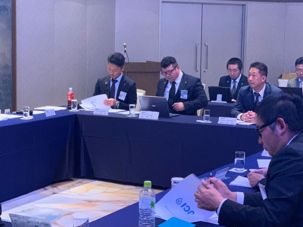 会議に臨む岩間理事長、湯澤次年度理事長